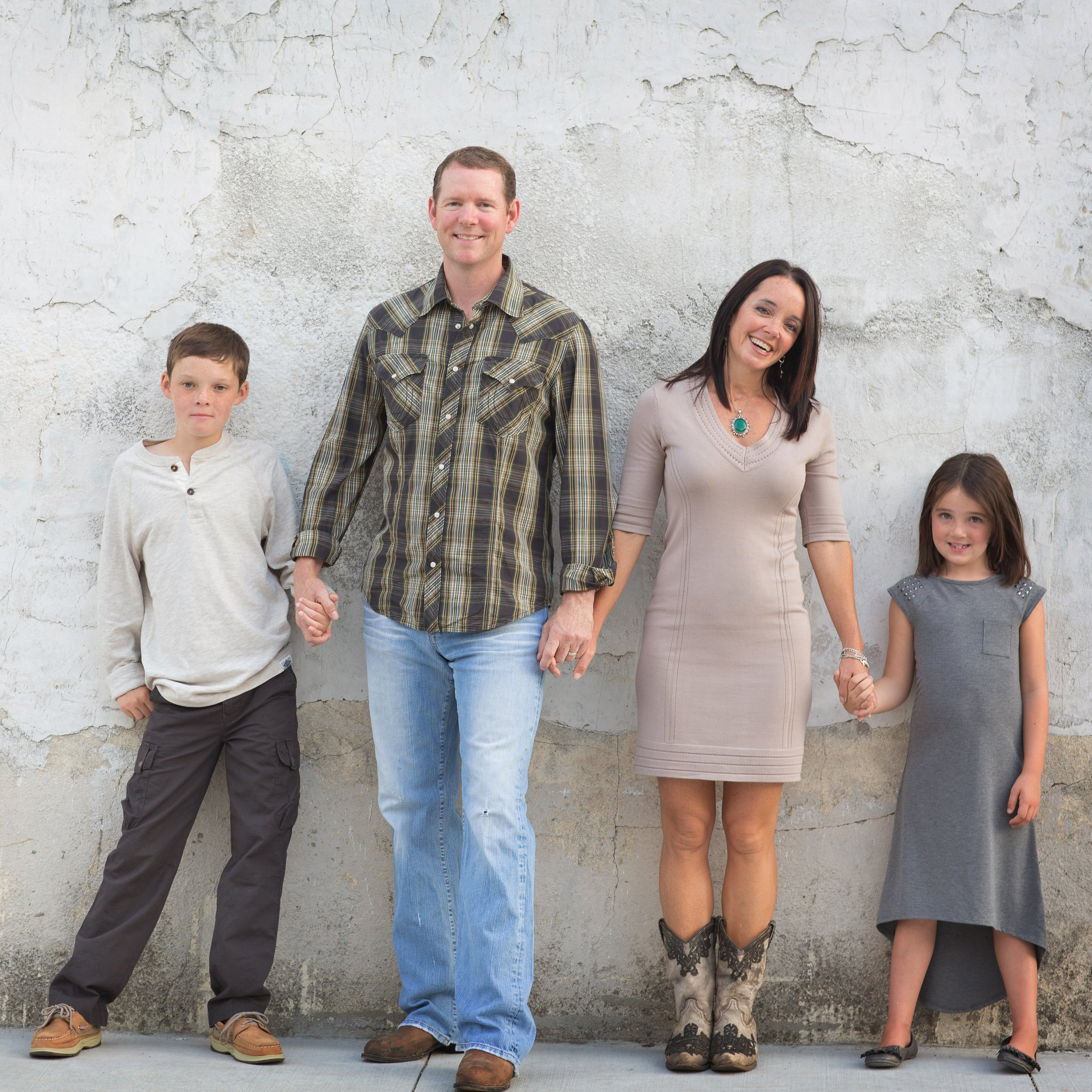 Dallas family photo infront of a grey wall